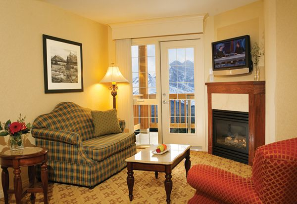 lake_louise_inn_guestroom_suite_living_room